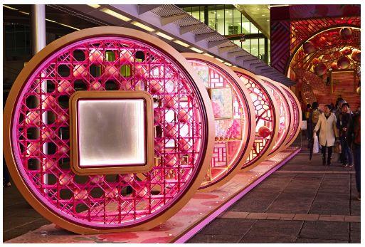 在海港城海运大厦露天广场设置以 铜钱和蟠桃为主题的大型农历新年