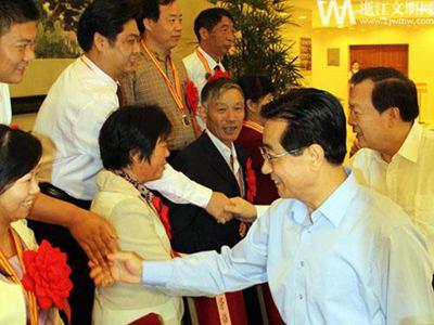 赵洪祝、夏宝龙等领导在浙江省人民大会堂与道德模范握手合影二排右一吴强忠